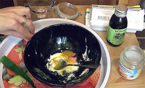 Омолаживающая маска для лица с алоэ и витаминами В1 и В12 на сметане с мёдом