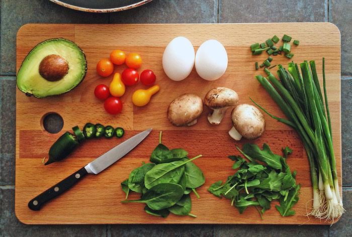 авокадо, помидоры, яйца, шампиньоны, зеленый лук, шпинат, перчик